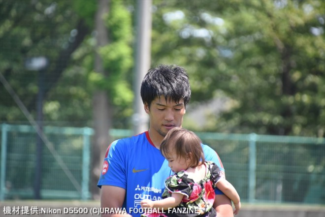 居残り練習が終わった岩舘選手は、大原に訪れた可愛いファンを抱っこして「僕の隠し子です」と優しい笑顔を見せた。