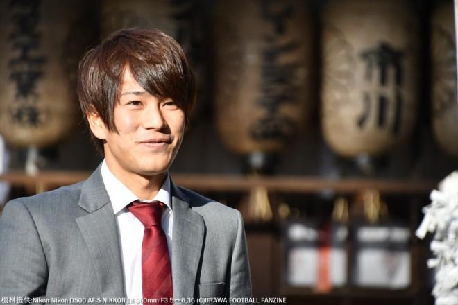 クラブのスーツがまだ届かずに、違うスーツだがどことなく嬉しそうな矢島慎也選手