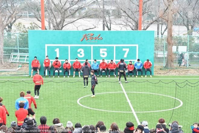 フットサルコートでバランスボールを使って練習が始まった。