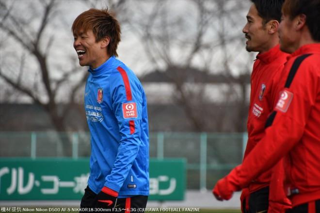 阿部勇樹選手にツータッチを指摘され、笑顔で誤魔化す西川周作選手。