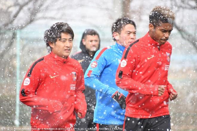 本降りの雪の中、ランニングが始まると選手たちの表情は一変。