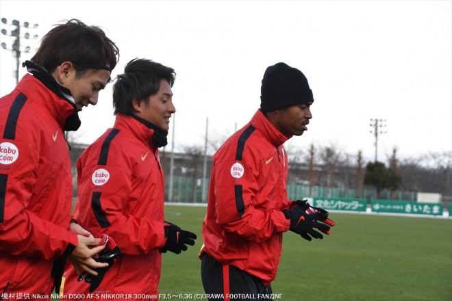 北風が冷たく凍えるような寒さの中、居残りランニングをする3人組。