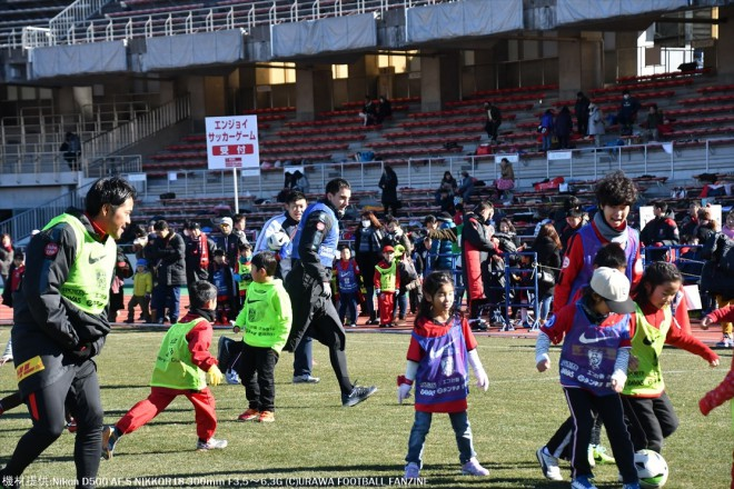 子供たちも真剣!浦和の子供たちのスキルが高く、選手たちもタジタジ。」