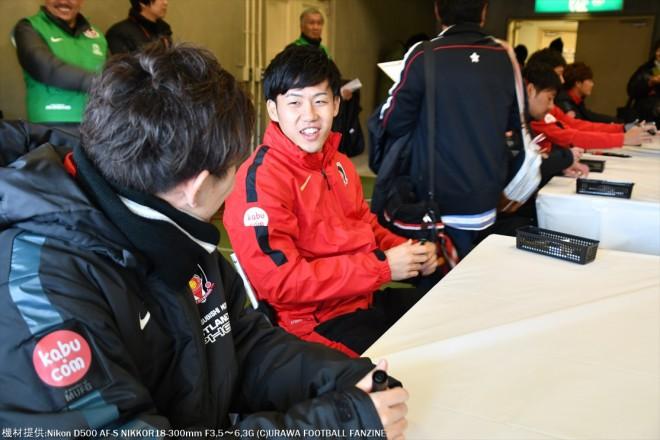 なかなか読めないサインを宇賀神友弥選手が、テーブルクロスを使って遠藤航選手に解説。
