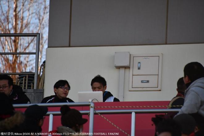 かくれんぼで記者席に座っている榎本哲也選手。こんな風貌の記者はいません。