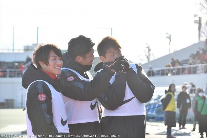 興梠選手を見つけた3人組だが、いろいろ話してシカトを決めた。